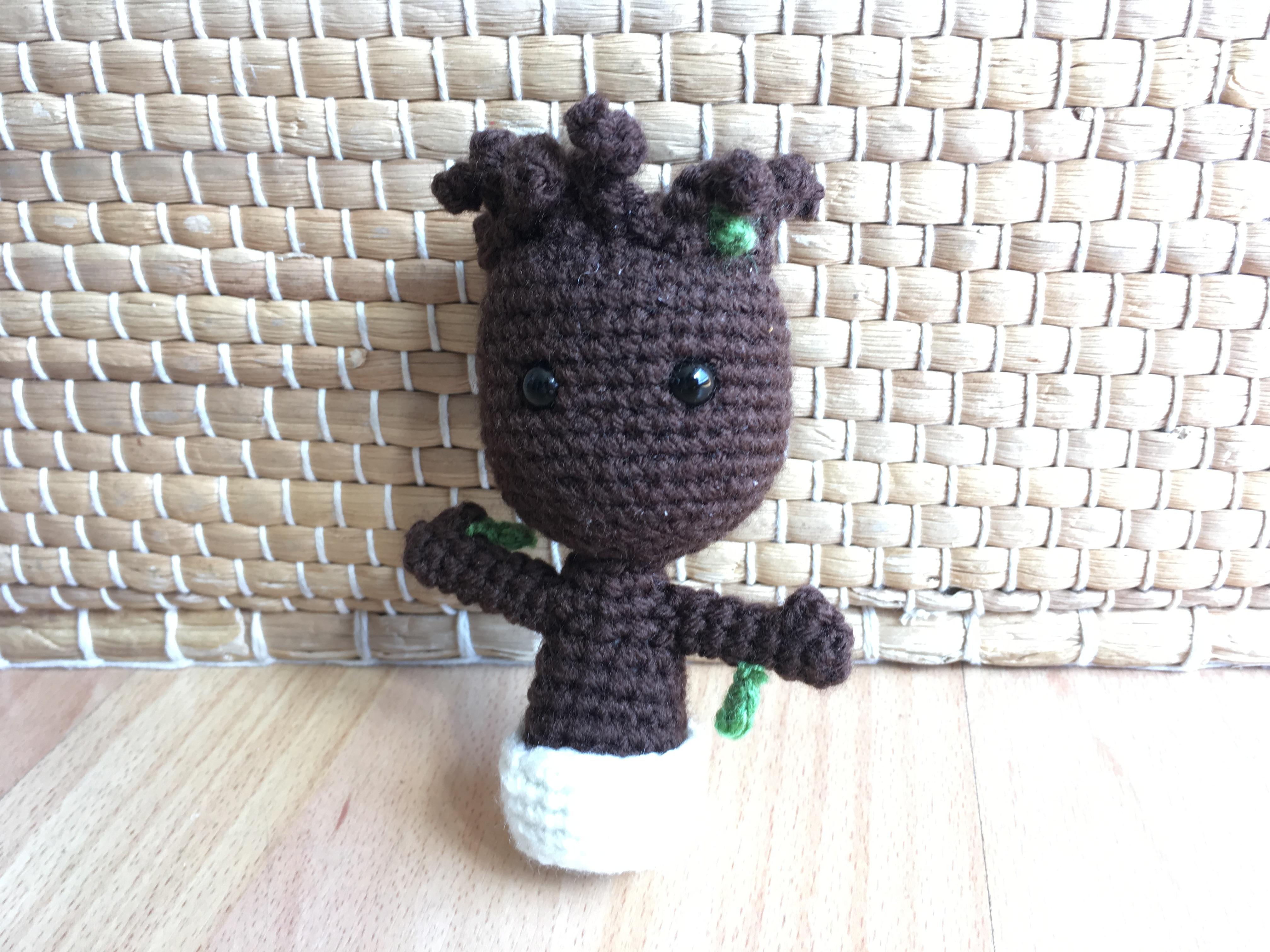 Aprende a tejer este Baby Groot de ganchillo - Bloginia